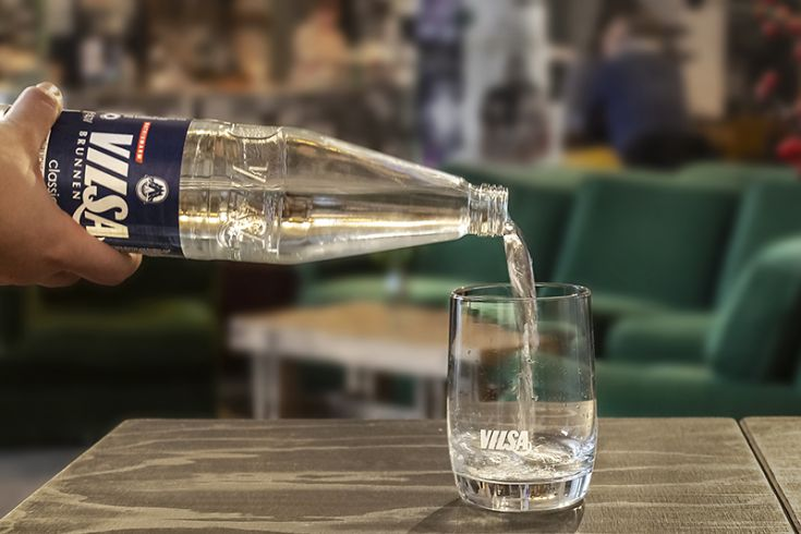 VILSA Mineralwasser classic wird in ein Glas gegossen