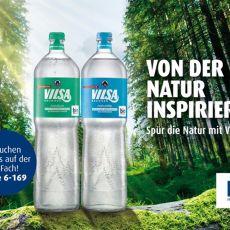 Von der Natur inspiriert: VILSA Genießerflasche Medium, VILSA Genießerflasche Naturelle vor einem Waldhintergrund mit bio Mineralwasser Siegel