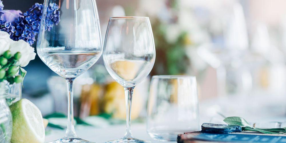 Wasserglas und Weinglas auf einem Tisch