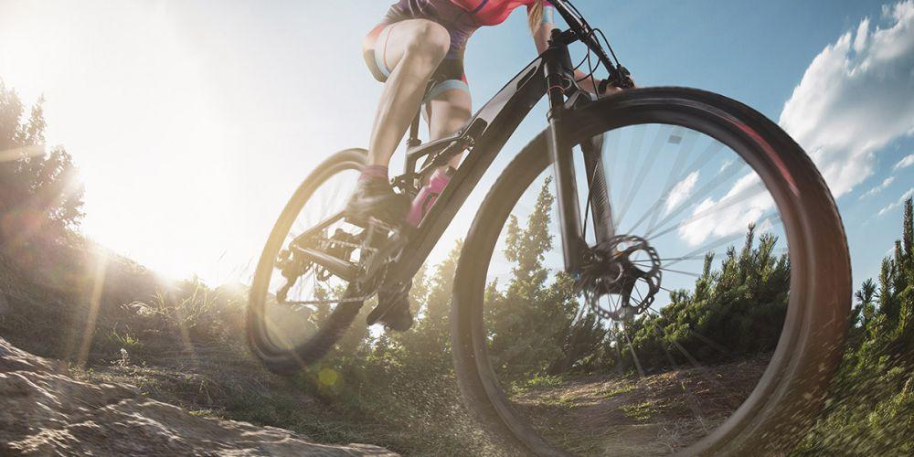 Froschaufnahme eines Fahrrads in den Bergen