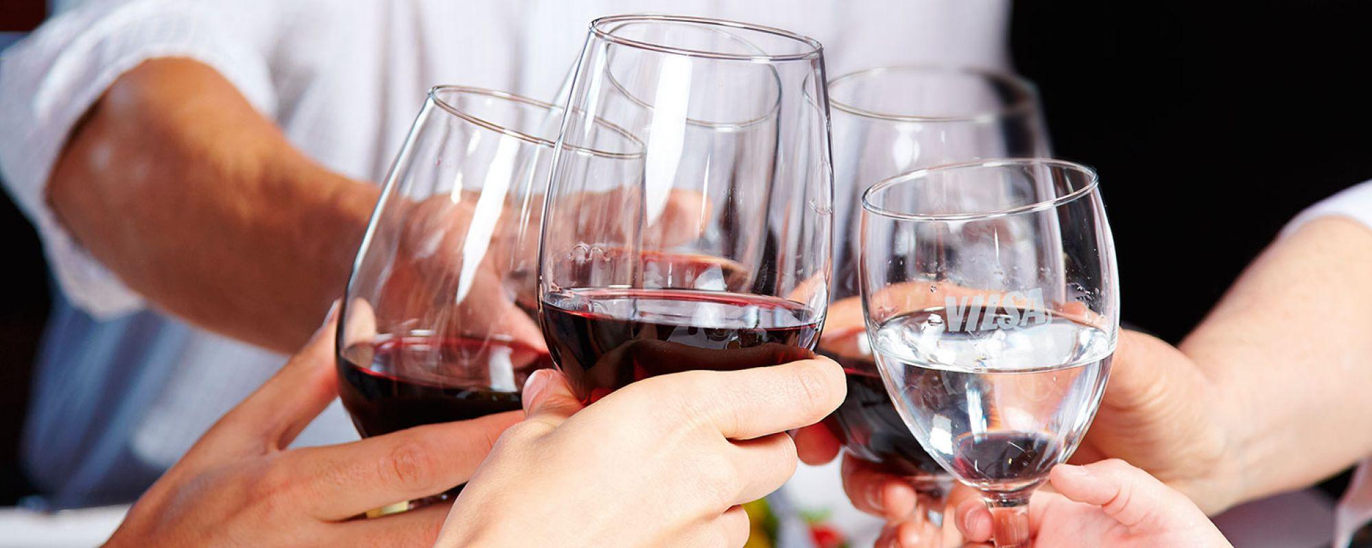 Mit VILSA Mineralwasser und Rotwein anstoßen