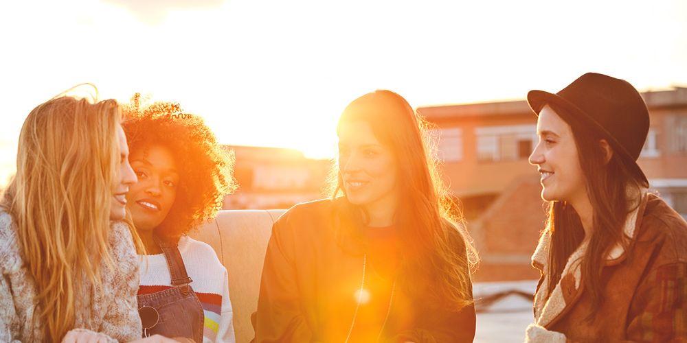 vier junge Frauen unterhalten sich