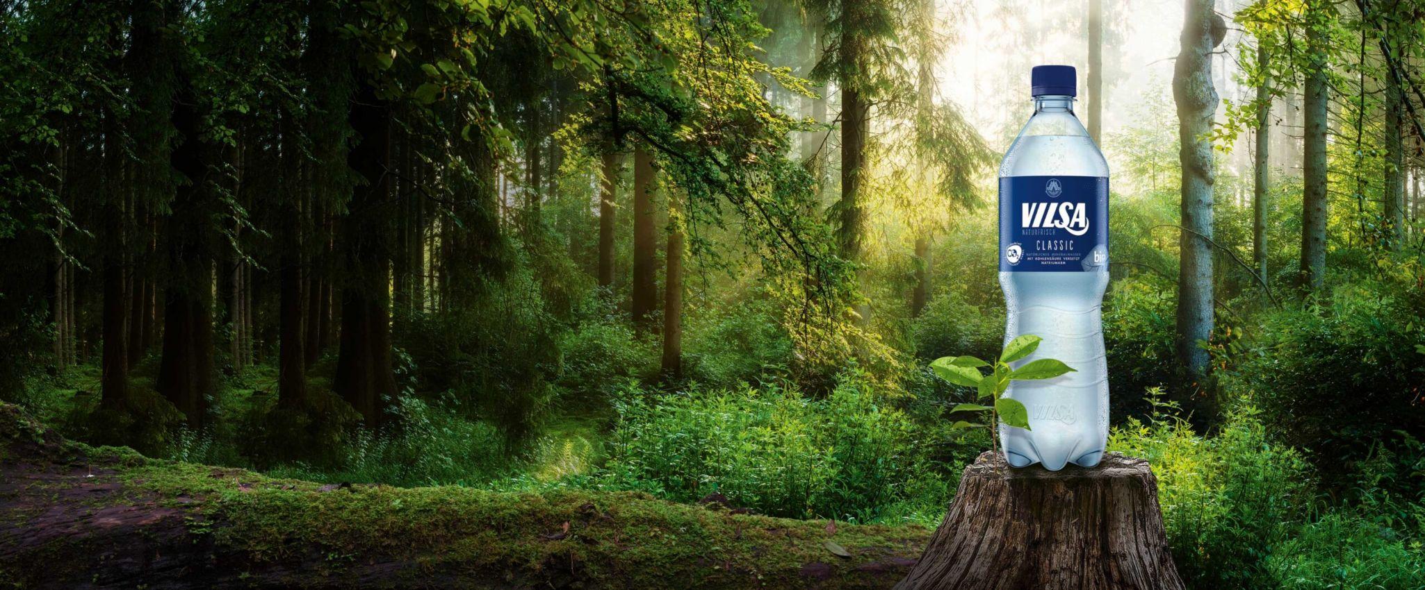 VILSA Mineralwasser classic rePET 1,0l auf einem Baumstumpf in der Natur