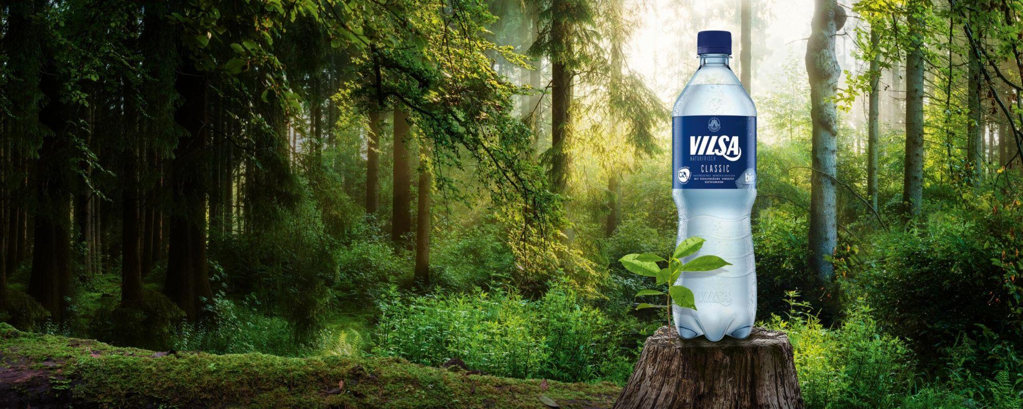 VILSA Mineralwasser classic rPET 1,0l auf einem Baumstumpf in der Natur