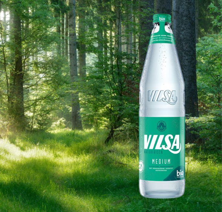 VILSA Mineralwasser Medium Glas 0,7l vor einem Waldhintergrund