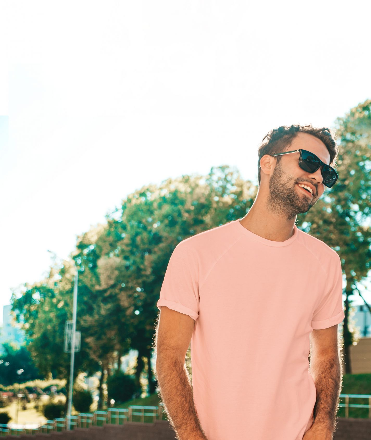 Mann mit rosa T-Shirt und Sonnenbrille
