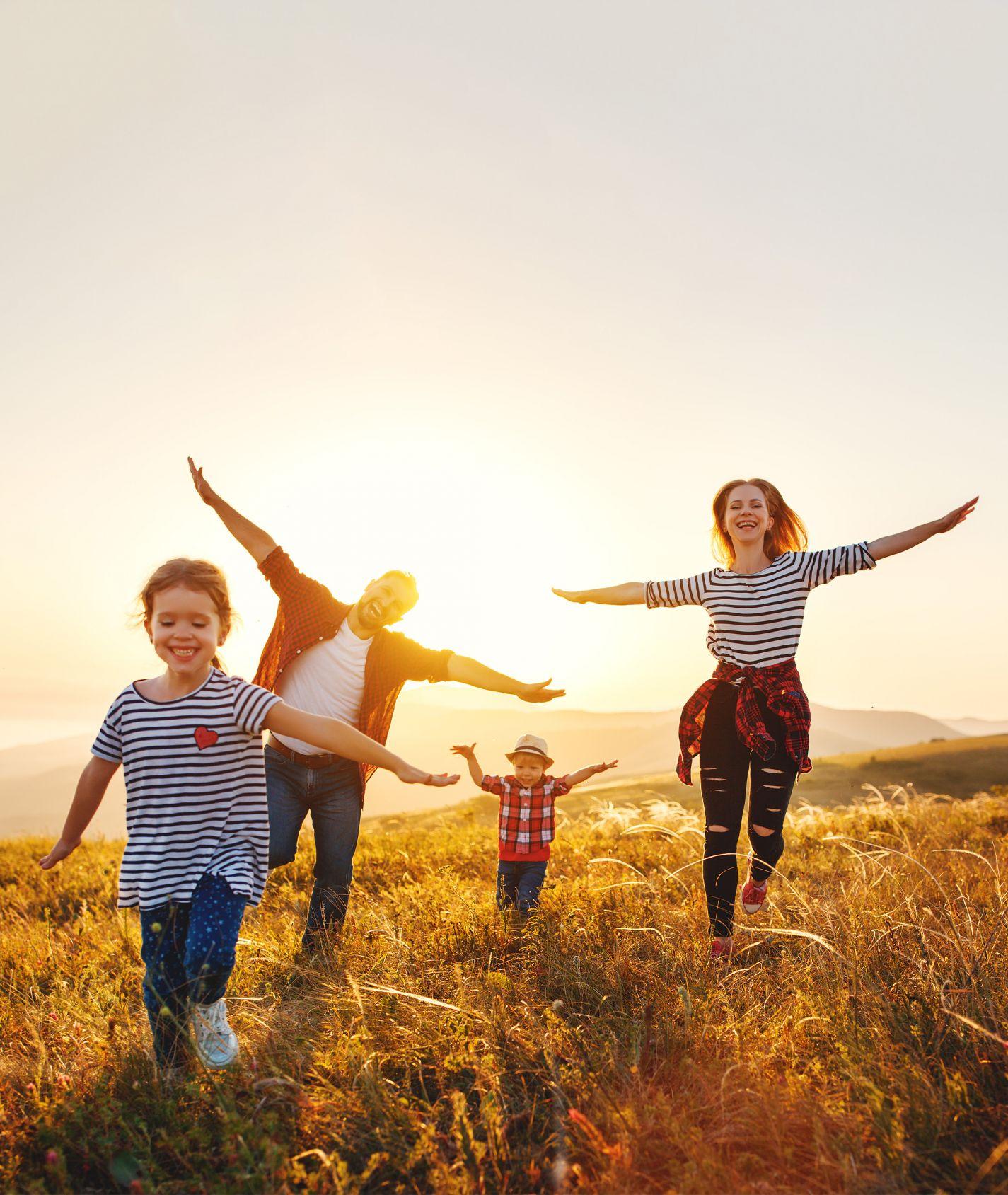 Familie auf einem Feld im Sommer