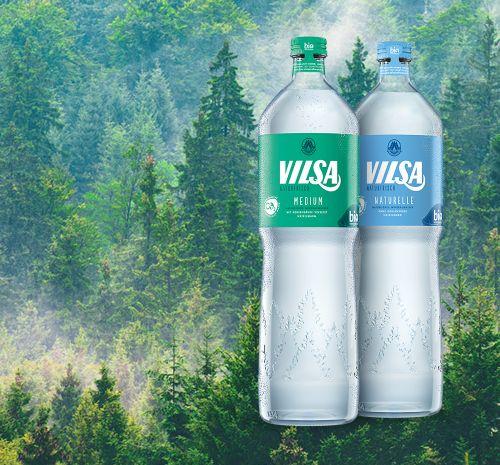 Genießerflasche Naturelle und Medium Glas 1,0l vor einem Tannenwaldhintergrund