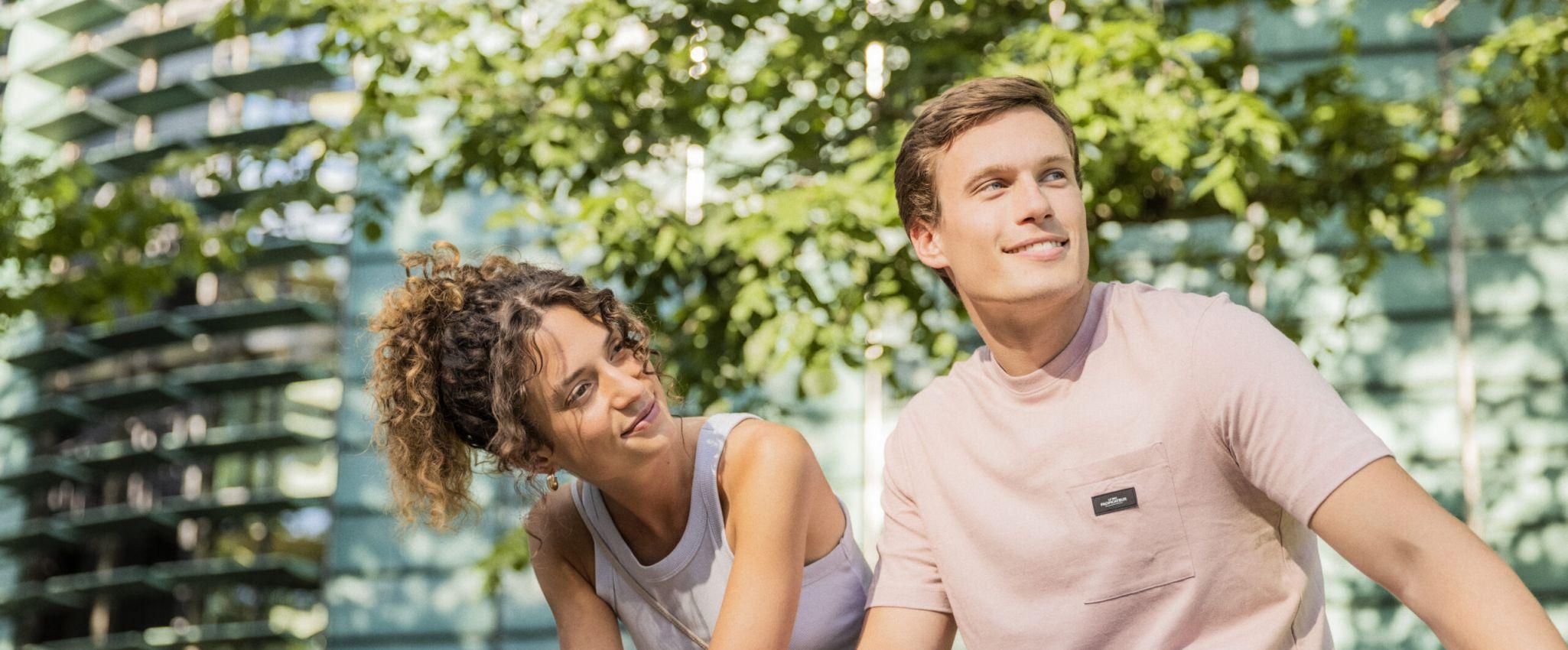 Junges Paar sitzt in der Stadt im Grünen