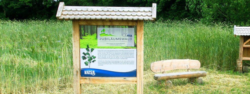 Hinweis-Schild im Wald über den VILSA Jubiläumswald