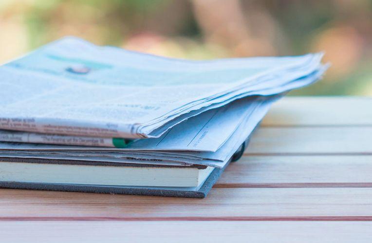 Zeitungen liegen auf einer Bank