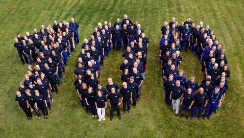 Luftaufnahme: VILSA Mitarbeiter formen eine 100