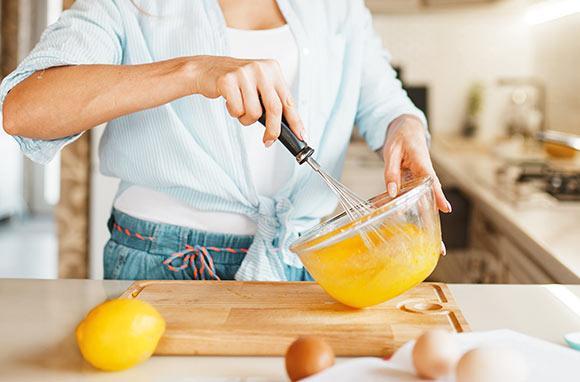 eine Person steht in der Küche und backt